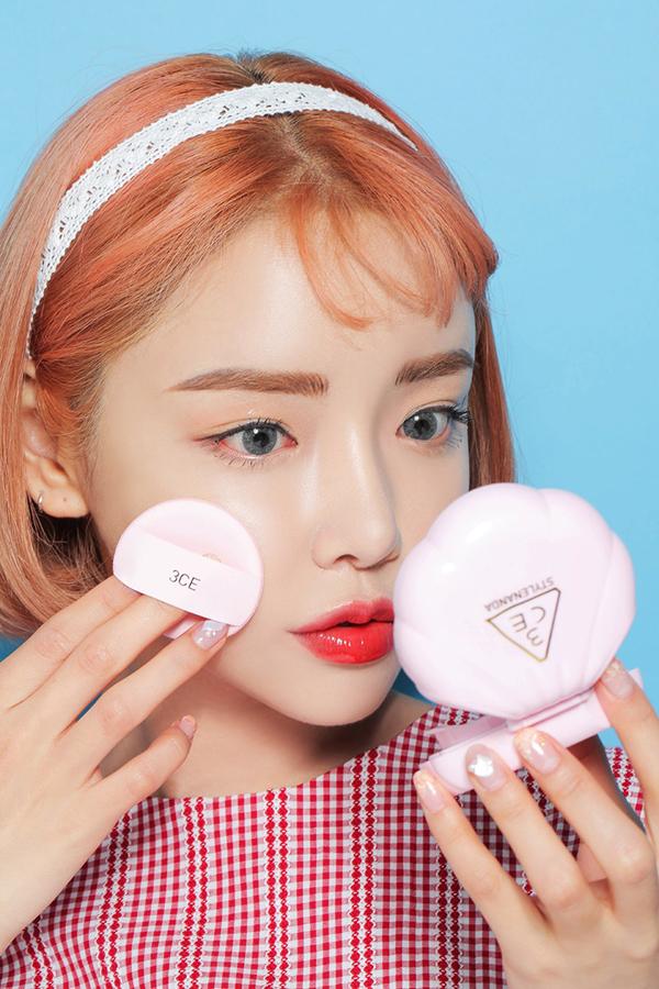 SHARE PIN   bo_suu_tap_my_pham_trang_diem_love_3ce_deponline1  3 Concept Eyes (3CE) là một trong những hãng mỹ phẩm trang điểm Hàn Quốc quen thuộc nhất với các cô gái Việt Nam. Nếu như những bộ sưu tập trước đây của 3CE  điển hình là bộ son hợp tác với Lily Maymac  thường có thiết kế sành điệu, hiện đại, thì sản phẩm dành riêng cho mùa hè 2017 của thương hiệu này lại đưa các cô nàng về một miền ký ức ngọt ngào nhất của tuổi thơ. Love 3CE bao gồm cushion, phấn má, phấn mắt, son môi và gương trang điểm, tất cả đều có tông màu pastel mơ màng và thiết kế giống hệt những món đồ chơi của trẻ em.    Giá trung bình của mỗi sản phẩm trong bộ sưu tập này là 20USD (khoảng 450.000VND). Dòng son môi có 12 màu khác nhau, bao gồm 6 màu bóng (gloss) và 6 màu bán lì (velvet). Điều khiến nhiều cô nàng phải điên đầu là nếu các dòng son thông thường chỉ có một mẫu vỏ duy nhất, thì Love 3CE lại có hẳn 12 mẫu vỏ khác nhau. Nếu bạn trót thích màu son tím đỏ Tailored nhưng lại muốn có vỏ hộp của cây Luck You thì biết phải làm sao đây?  bo_suu_tap_my_pham_trang_diem_love_3ce_deponline2  bo_suu_tap_my_pham_trang_diem_love_3ce_deponline3 BST có 6 màu son bóng (hàng trên) và 6 màu son bán lì (hàng dưới)  Love 3CE mang đến 6 màu phấn má khác nhau, trong đó có Honey Brown là màu thích hợp làm phấn tạo khối hơn cả. Các tông phấn trải đều từ đậm đến nhạt, có cả tông hồng và tông cam, nên dù bạn có làn da ngăm hay da sáng thì đều có thể tìm được màu má hợp với mình.  bo_suu_tap_my_pham_trang_diem_love_3ce_deponline4 6 màu má khác nhau cũng được đặt trong 6 mẫu vỏ khác nhau  bo_suu_tap_my_pham_trang_diem_love_3ce_deponline5 Phấn má lên màu tốt, dạng lì, không có nhũ  Với phấn mắt, có 5 lựa chọn khác nhau, mỗi hộp lại có hai ngăn màu được phối sẵn, giúp những cô nàng mới tập trang điểm cũng có thể tự tin tạo khối sáng tối cho bầu mắt. Trong 5 hộp màu thì có đến 4 hộp là màu nhũ, đúng tinh thần rực rỡ và trẻ trung của mùa hè. Nhìn chung, các màu mắt của Love 3CE đều là tông ấm, dễ dùng trong trang điể