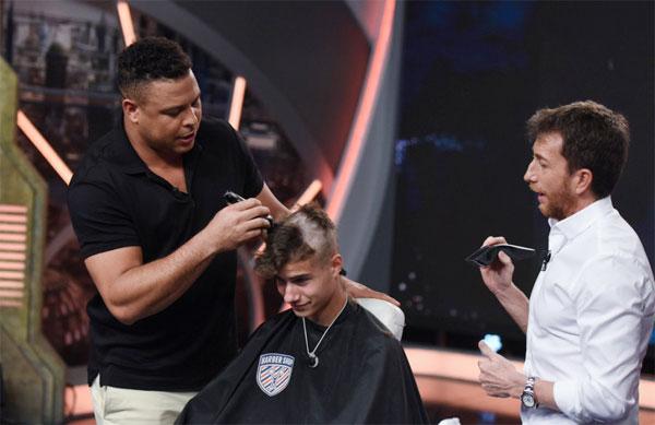 Ro Béo cắt tóc cho một thanh niên kiểu đầu