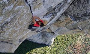 Leo núi đá dựng đứng gần 1.000 m bằng tay không