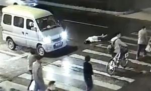 Người phụ nữ bị xe đâm liên tiếp vì sự thờ ơ của người đi đường