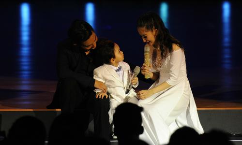 Con trai Khánh Thi ngơ ngác nhìn mẹ khóc trên sân khấu