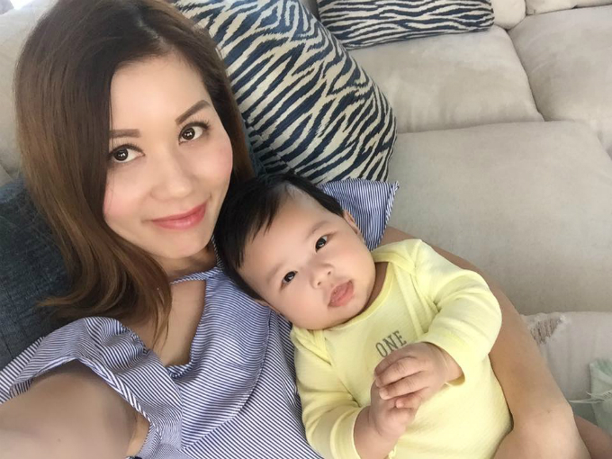 Bé Thiên Từ - con trai Đan Trường - tạo dáng chuyên nghiệp khi chụp ảnh tự sướng cùng mẹ.