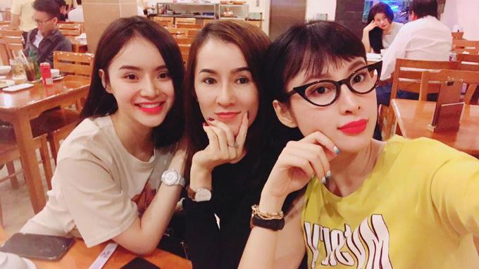 Angela Phương Trĩnh cùng mẹ và em gái đi ăn tối cuối tuần.