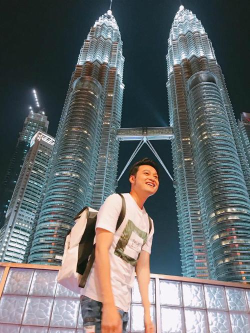 Những chuyến đi mùa hè của hoàng từ sơn ca Quang Vinh tiếp tục với điểm đến là Kuala Lumpur. Hoàng tử sơn ca check in tháp đôi Petronas.