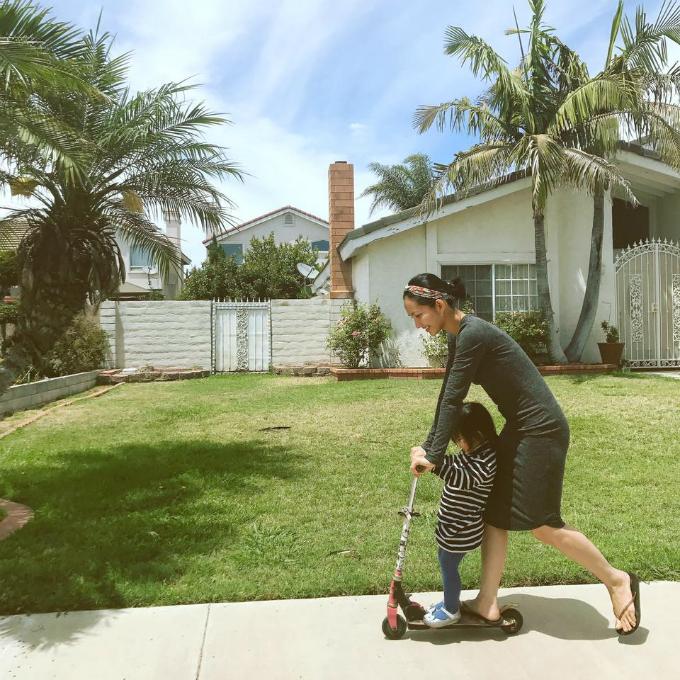 Kim Hiền thảnh thơi chơi cùng con gái sáng Chủ nhật: Công việc làm việc xong , vừa giặt đồ vừa chơi cùng con thích quá đi!.