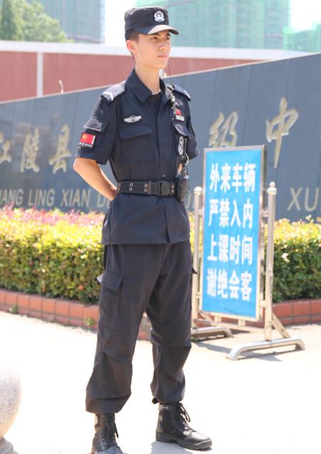Hình ảnh nam cảnh sát tên Qi Yi đang làm nhiệm vụ canh gác tại kỳ thi tuyển sinh đại học ở Kinh Châu, tỉnh Hồ Bắc, Trung Quốc đang được cư dân mạng nước này truyền tay nhau.