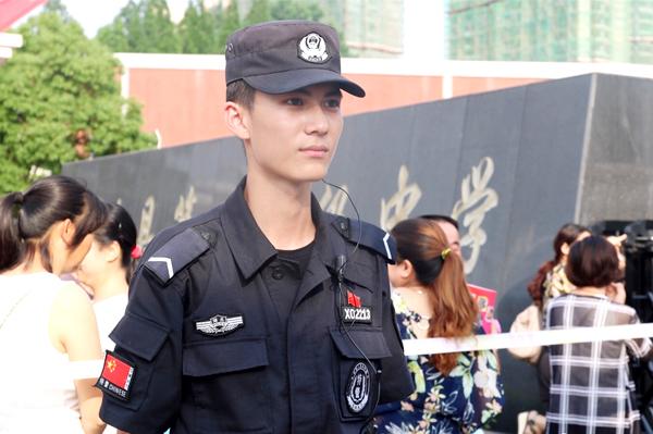 Những người dùng mạng đã đồng loạt phong đây là anh chàng cảnh sát đẹp trai nhất Trung Quốc.