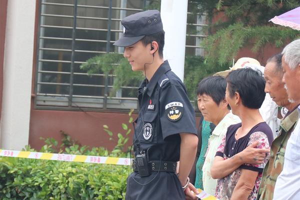 Một người dùng mạng thậm chí còn muốn quay ngược thời gian và tham gia kỳ thi lần nữa để được gặp cảnh sát viên trẻ tuổi này.