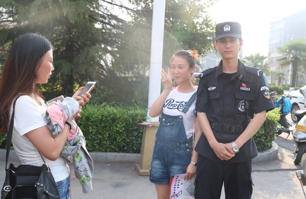 Rất nhiều nữ sinh đã chụp hình chàng cảnh sát hoặc đề nghị anh này chụp ảnh cùng sau khi thi xong.