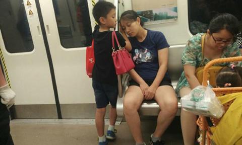 Mạng xã hội Trung Quốc 'lùng sục' bé trai đứng kê tay cho mẹ ngủ