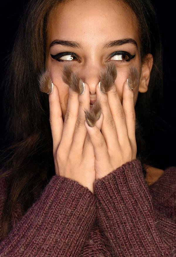 Jan Arnold, stylist kiêm đồng sáng lập thương hiệu sơn móng tay nổi tiếng CND, giới thiệu mẫu móng tay gắn lông lạ mắt trong một buổi trình diễn thời trang.