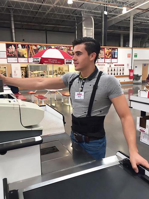 Irvin Villatoro, 21 tuổi, làm việc tại bộ phận thu ngân của chuỗi cửa hàng Costco, Mỹ, đang khiến người dùng mạng chao đảo vì vẻ đẹp trai, quyến rũ. Mỗi ngày, các khách hàng nữ liên tục đổ xô đến cửa hàng nơi Irvin làm việc chỉ để nhìn ngắm anh chàng.