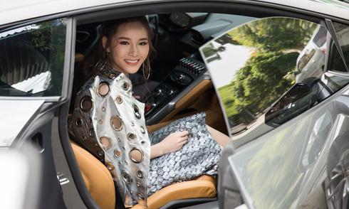 'Hot girl trà sữa' Vân Shi ngồi xế hộp hơn 15 tỷ đi họp báo