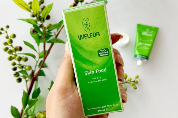 Weleda Skin Food có chiết xuất hoàn toàn từ thiên nhiên nên rất lành tính, an toàn khi sử dụng cho cả làn da nhạy cảm nhất. chiết suất tinh chất từ hoa hướng dương, hoa Pansy hay lá hương thảo còn có tác dụng đặc biệt trong việc nuôi dưỡng và dưỡng ẩm da