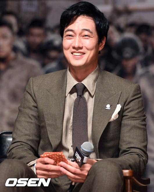 So Ji Sub dự họp báo chiều nay để giới thiệu bộ phim mới Battleship, một tác phẩm điện ảnh anh đóng cùng Song Joong Ki, Hwang Jung Min...