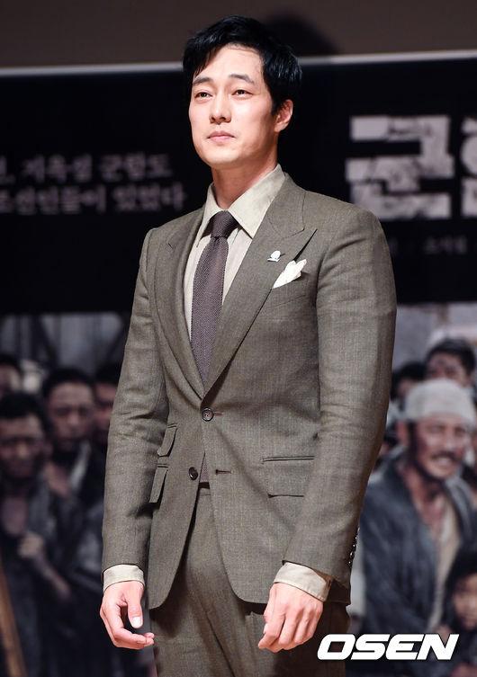 So Ji Sub diện vest xám lịch lãm, khoe hình thể phong độ điển trai.