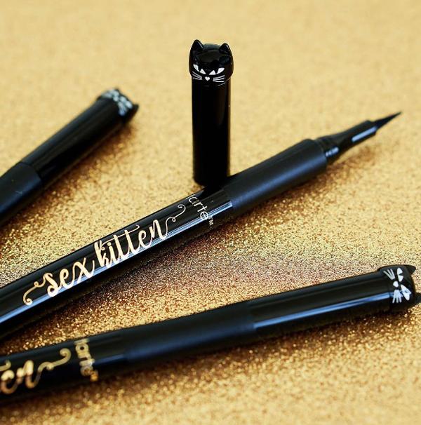 Tarte Sex Kitten Liquid Liner Bút kẻ mắt nước có phần đầu được thiết kế hình mặt mèo dễ thương có giá 20 USD (khoảng 440.000 đồng).