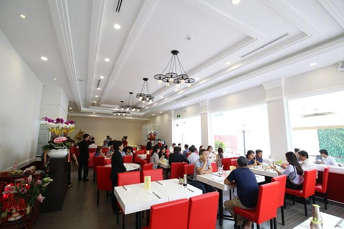 Dim Tu Tac Cha Chaan Teng nổi bật bởi không gian thiên nhiên thoáng mát, nội thất sang trọng cùng cung cách phục vụ nhiệt tình, thân thiện, tạo cảm giác thoải mái cho thực khách.
