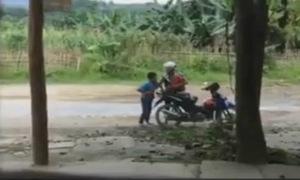 Cậu bé đòi đánh mẹ vì không được mua điện thoại iPhone