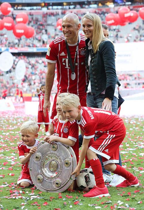 Gia đình hạnh phúc của Robben khi nhận Đĩa bạc