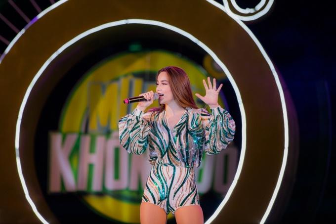 Hồ Ngọc Hà thu hút khán giả với bộ jumpsuit màu sắc. Cô đem đến loạt ca khúc đình đám What is love & destiny, Keep me in love và nhạc phẩm Tôi là Hồ Ngọc Hà - ca khúc lần đầu tiên được biểu diễn trên sân khấu âm nhạc Việt Nam.