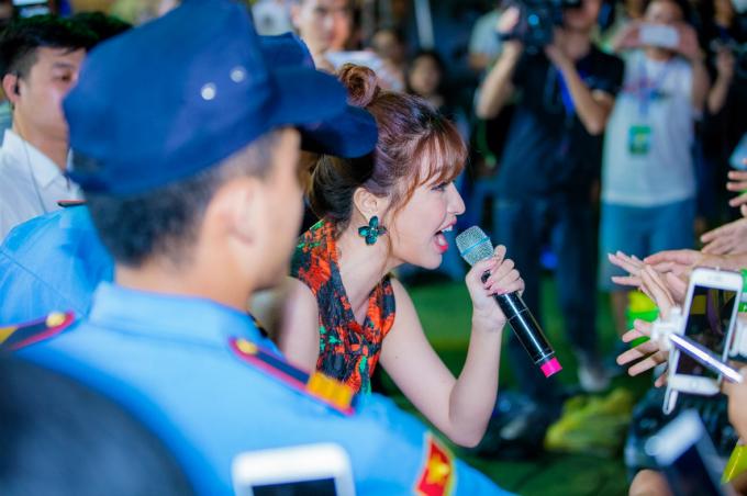 Bích Phương mang đến loạt hit Em chưa lấy chồng, Gửi anh xa nhớ, và Mình yêu nhau đi. Nữ ca sĩ chia sẻ hạnh phúc vì sự cổ vũ và hát theo của khán giả trong suốt ba tiết mục.