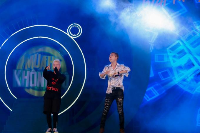 Lou Hoàng làm nóng sân khấu với Em chưa 18, Mình là gì của nhau. Ca sĩ Only C hòa giọng cùng học trò Lou Hoàng trong ca khúc Não cá vàng.