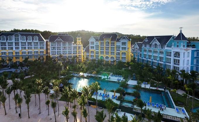 JW Marriott Phu Quoc Emerald Bay được xây dựng từ năm 2015 và chính thức khai trương vào tháng 12/2016. Tọa lạc tại Bãi Khem, phía nam đảo Phú Quốc, cách sân bay quốc tế Phú Quốc chỉ 15 phút lái xe. Khu nghỉ dưỡng với 244 phòng, suite, căn hộ và villas được thiết kế dựa trên câu chuyện giả tưởng về một trường đại học ở Phú Quốc - Lamarck University - những năm đầu thế kỷ 20.