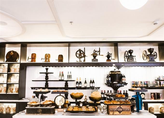 Tại 4 nhà hàng Tempus Fugit, Pink Pearl, Red Rum, French & Co, khu khách được trải nghiệm tay nghề của những đầu bếp tài năng, với nguyên liệu tươi ngon, hương vị đa dạng và độc đáo của ẩm thực Pháp, Nhật Bản, Việt Nam hay Quảng Đông- Trung Quốc cùng những ly cocktail ngọt ngào.
