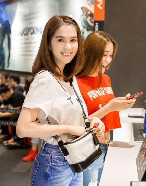 Ngọc Trinh ăn mặc giản dị đi xem phim cùng bạn bè.