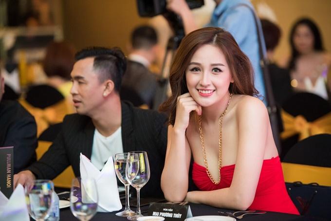 Mai Phương Thúy nổi bật với đầm đỏ cúp ngực. Hoa hậu Việt Nam 2006 được khen ngày càng xinh đẹp, gợi cảm.