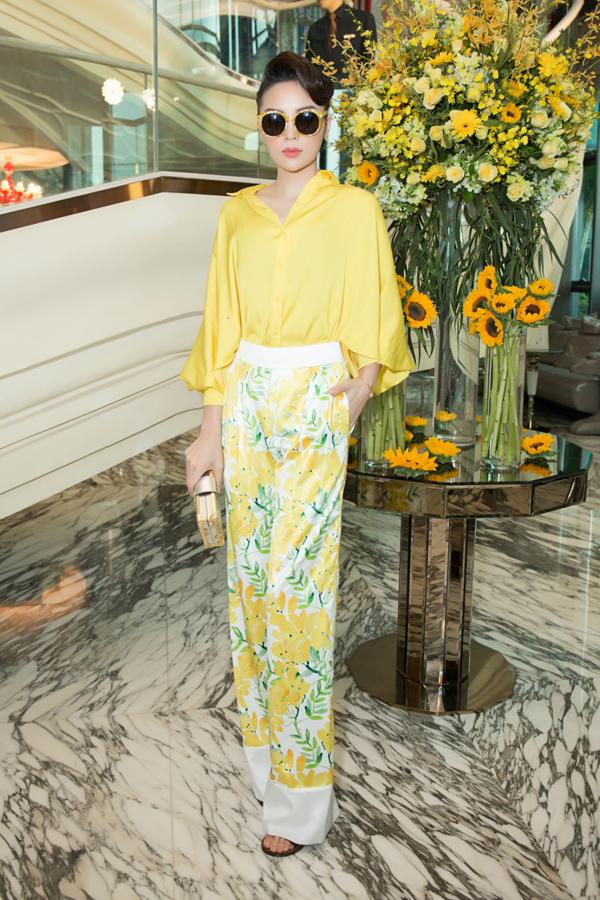 Kỳ Duyên diện chiếc áo màu vàng đơn sắc kết hợp cùng quần âu ống loe rộng. Phần áo tạo điểm nhấn bởi cánh tay rộng kéo dài đến tận thắt eo, trong khi đó, chiếc quần gây ấn tượng với phần gấp nếp to bản.