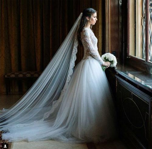 Cô dâu của sao Dortmund chọn bộ váy cưới kín đáo, nhẹ nhàng. Marc Bartra và Melissa Jimenez bắt đầu hẹn hò năm 2014, một năm sau cặp đôi đón con gái đầu lòng, bé Gala.