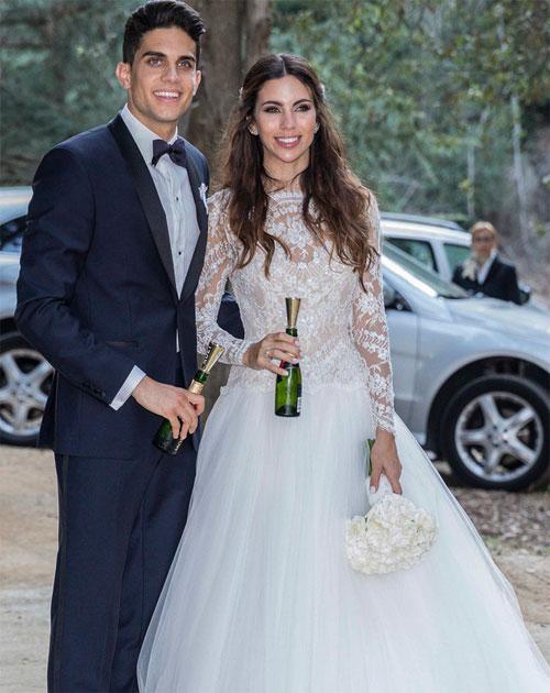 Marc Bartra và nữ phóng viên thể thao xinh đẹp Melissa Jimenez tổ chức hôn lễ ấm cúng vào ngày chủ nhật 18/6. Trên tay cầm chai champagne mini, cô dâu chú rể đắm đuối hôn nhau.