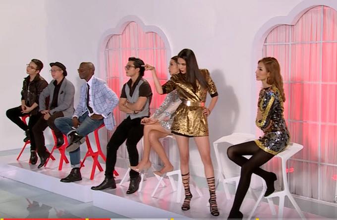 Cách cổ vũ thí sinh một cách quá nhập tâm và không để ý đến dàn khách mời tham gia chương trình.