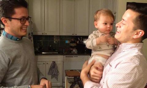 Phản ứng của bé khi gặp anh em sinh đôi của bố
