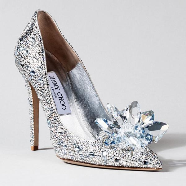 Giày Lọ Lem của Jimmy Choo được sản xuất tại Ý, làm từ chất liệu da và được đính xung quanh bằng 7000 viên pha lê
