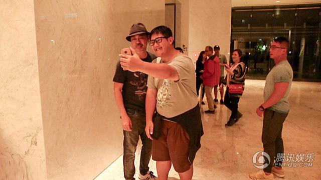 Nhiều khán giả Đài Loan phát hiện ra thần tượng và đề nghị chụp hình chung.