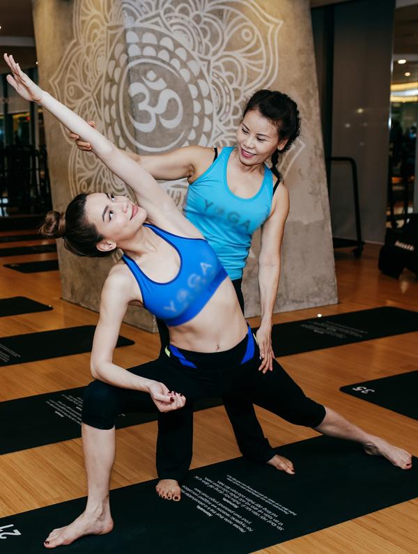 ho-ngoc-ha-va-me-khoe-ve-deo-dai-khi-cung-tap-yoga-4