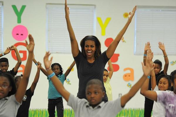 Michelle Obama tập yoga cùng các học sinh trong chương trình Lets Move năm 2014.