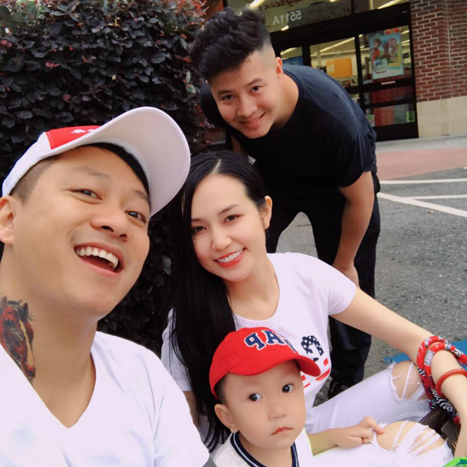 Vợ chồng Tuấn Hưng đưa con trai Su Hào cùng một người bạn đi chợ mua đồ khi ở Mỹ.