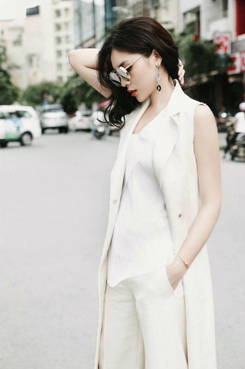 Kỳ Duyên thanh lịch trong bộ trang phục cả cây trắng. Hoa hậu chia sẻ: Chợt nhớ về thời tóc còn ngắn, tuổi còn trẻ.