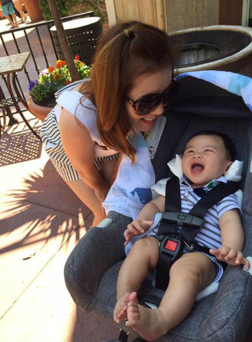 Bà xã Đan Trường hạnh phúc bên con trai và chia sẻ: You are my sunshine.