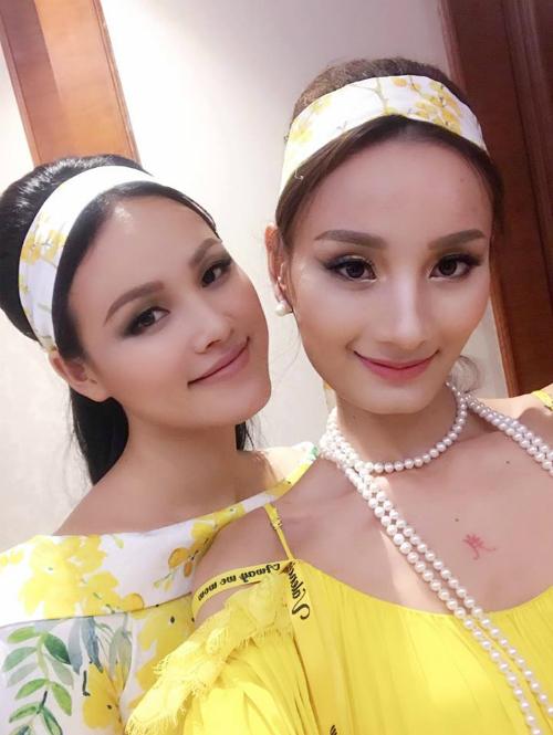 Lê Thuý và Tuyết Lan trang điểm và ăn mặc giống hệt nhau, tựa như hai nàng sinh đôi.