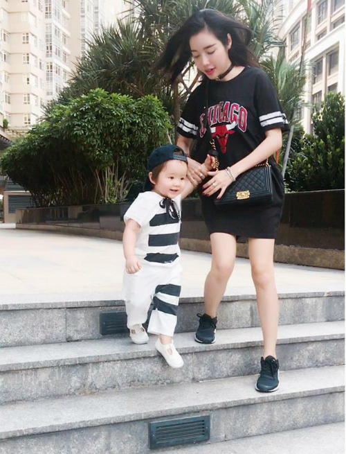 Túc Mạch tung tăng chạy nhảy sau giờ học khiến mẹ Elly Trần vất vả mới giữ được.