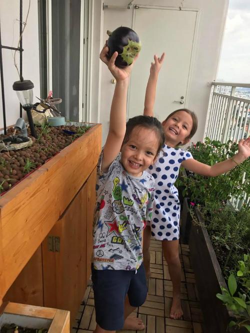Bé Tôm nhà Hồng Nhung khoe thành quả đầu tiên của mình ở khu vườn gia đình.