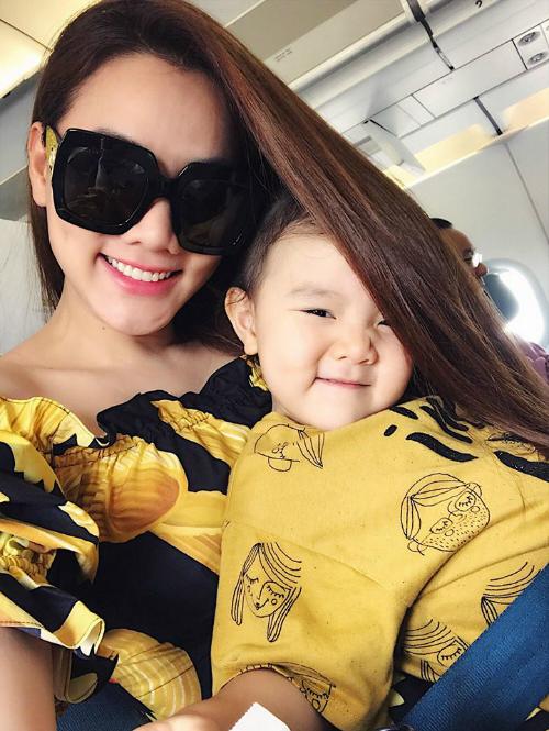Con gái Trang Nhung tinh nghịch trốn trong tóc mẹ.