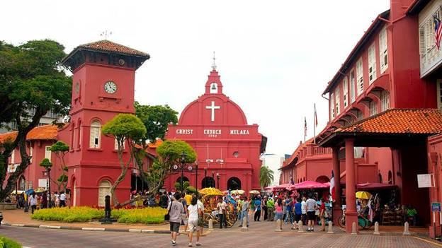 Quảng trường Hà Lan (Malacca)  Nằm yên bình bên dòng sông Malacca, quảng trường Hà Lan nổi bật với những công trình kiến trúc màu đỏ sẫm. Đến đây du khách có thể men theo những con đường lát gạch đỏ rợp bóng mát, tản bộ dọc bờ sông Malacca để chiêm ngưỡng những bức họa vẽ trên tường với nhiều chủ đề khác nhau. Nổi bật ở đây không thể không nhắc đến nhà thờ được xây dựng từ năm 1753 theo phong cách châu Âu, tượng đài Victoria hay pháo đài Afamosa.