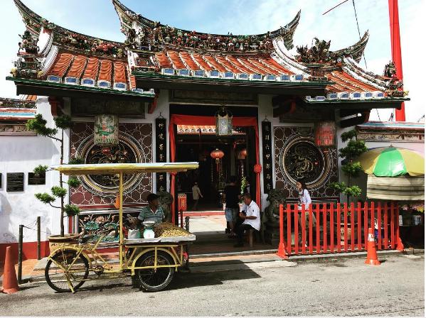 Đền Cheng Hoon Teng  Cheng Hoon Teng là ngôi đền cổ nhất của Trung Quốc ở Malacca, được xây dựng vào những năm 1600, nằm ngay giữa phố Jonker Walk. Xen lẫn với Cheng Hoon Teng là những ngôi đền thờ Hồi Giáo, đền Ấn Độ giáo, nhà thờ Thiên Chúa. Ngôi đền cổ này đã được UNESCO công nhận là di sản văn hoá thế giới năm 2002. Hiện nay, đền là nơi thờ đa tôn giáo như Khổng giáo, Đạo giáo và Phật giáo. Cheng Hoon Teng mở cửa cho du khách tham quan từ 7h đến 19h.