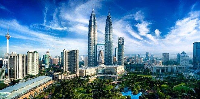 Tháp đôi Petronas  Không một du khách nào đến với Kuala Lumpur mà lại quên việc đi thăm tòa tháp đôi nổi tiếng và chụp vài tấm ảnh kỷ niệm với nó. Tháp đôi Petronas gồm 88 tầng với chiều cao 452 m, do kiến trúc sư người Argentina  César Pelli thiết kế. Một điểm nhấn ấn tượng của tòa tháp đôi này là chiếc cầu trên không nối giữa hai tháp (Skybrige) có chiều cao 170m và chiều dài 158m, nằm ở tầng thứ 41 và 42. Đứng trên chiếc cầu này du khách có thể nhìn thấy phong cảnh thành phố Kuala Lumpur.